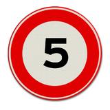 Verkeersbord met snelheidsaanduiding 5