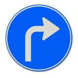 Verkeersbord D5R - Gebod tot het volgen van de rijrichting die op het bord is aangegeven